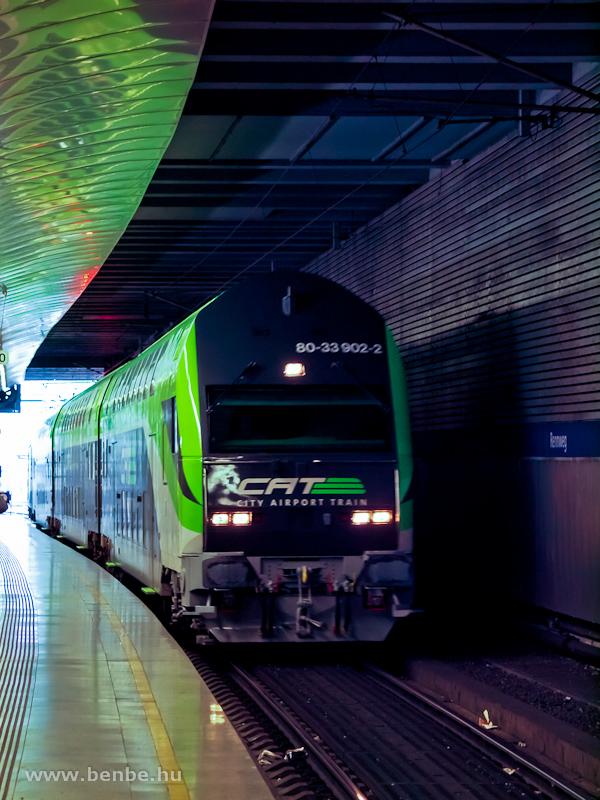 Az ÖBB/CAT (City Airport Train) 80-33 902-2 pályaszámú vezérlőkocsija Rennweg állomáson halad át fotó