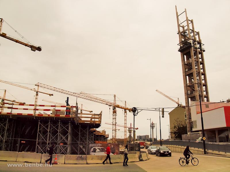 A főpályaudvar építési munkáit a Bahnorama-toronyból lehetett figyelemmel kísérni fotó