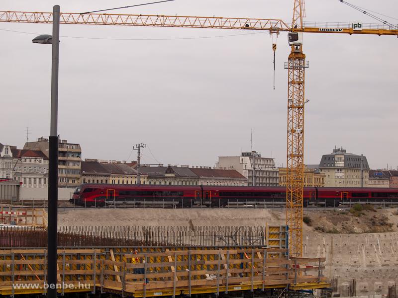 railjet vonat halad át a bécsi főpályaudvaron fotó