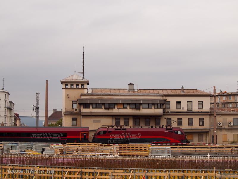 railjet vonat halad át a bécsi főpályaudvaron a svájci áramszedővel is fölszerelt 1116 216-3 által tolva fotó