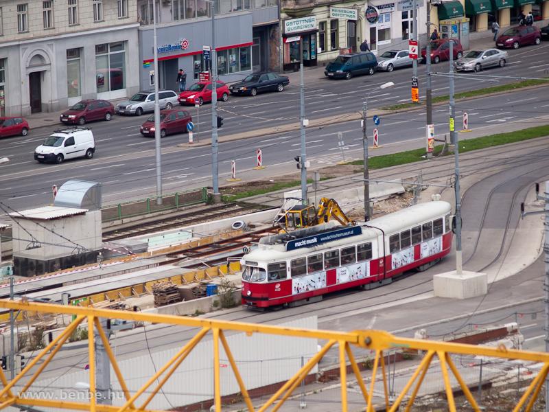 Bécsi villamos halad a Südtiroler Platz felé fotó