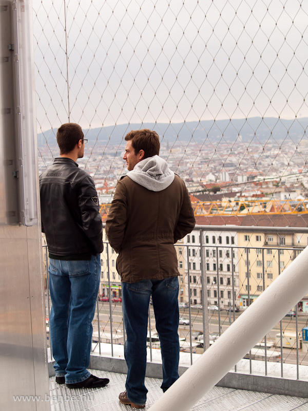 Nézelődő fiatalok a Bahnorama-toronyban fotó