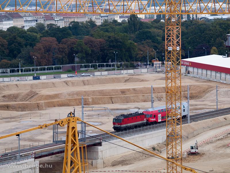 A 1144 203 egy vezérlőkocsival Bécs Főpályaudvaron fotó