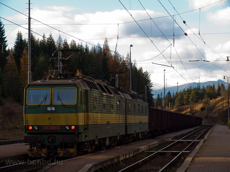 A ŽSCS 131 019-2 tol föl egy tehervonatot Csorba állomásra fotó