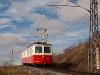 A Csorba-Csorbató Fogaskerekű Vasút (OŽ) 405 952-3 pályaszámú motorkocsija kezd fölfelé kapaszkodni Csorba állomásról (Štrba, Szlovákia)