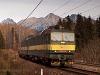 A ŽSCS 131 022-6 pályaszámú kétszekciós, egyenáramú, tehervonati villanymozdony egy tehervonattal halad ki Csorbáról Poprád felé