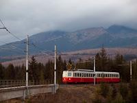 A 405 952-3 pályaszámú fogaskerekű motorkocsi ereszkedik Csorba állomás felé a közút fölötti felüljárónál