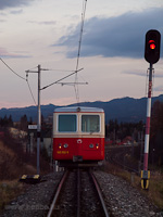 A 905 952-8 pályaszámú fogaskerekű vezérlőkocsi ereszkedik Csorba állomás felé a közút fölötti felüljárónál