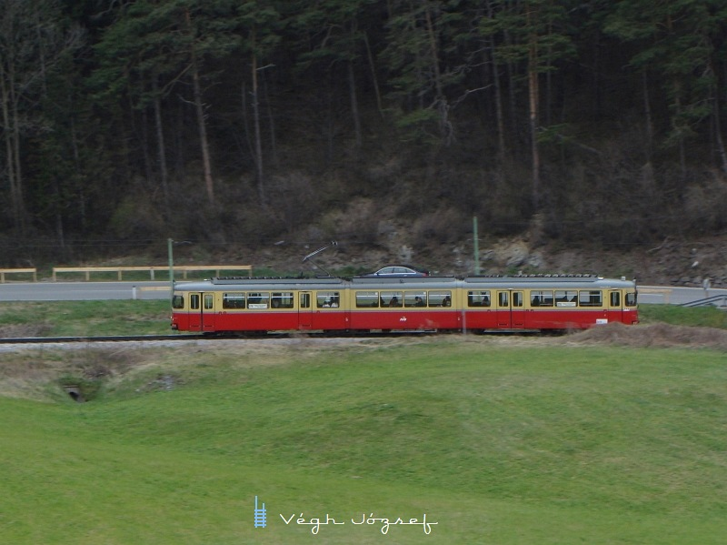 Piros-beige fényezésü  DÜWAG-villamos kapaszkodik Innsbruckból Fulpmesbe  fotó