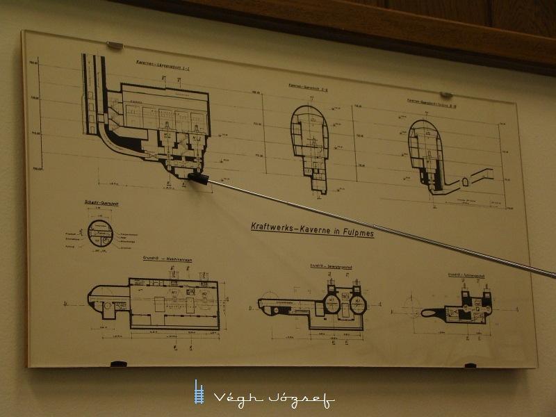 A pálcával mutatott helyen, 180 méterrel a föld alatt járunk a turbinateremben.  fotó