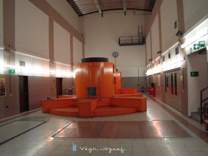 Ez pedig a földalatti turbinaterem,  ahol két magas fordulatú turbinát dolgoztat meg a kis patak vize.  A kézilabdacsarnok méretü terem 180 méterrel található a felszín alatt! fotó