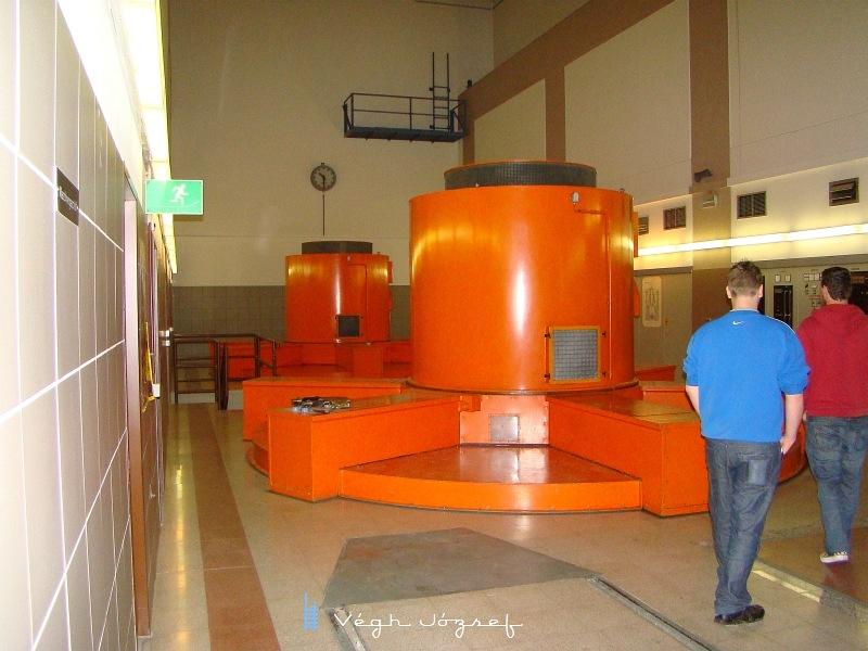 Turbinák a 180 bár viznyomás erejétől kitartóan termelik az államot,  amit a közelben húzódó Brenner vasutvonalon használnak el a felkapaszkodő mozdonyok.  fotó