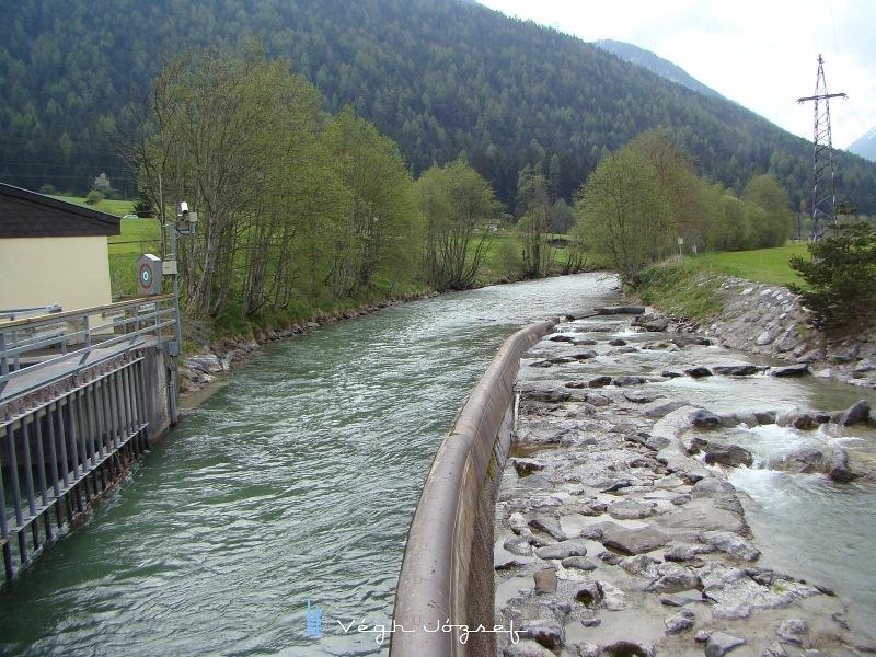 Az érkező víz a bal oldali ágon keresztül megy az erőműbe,  a jobb oldali ágon a halak kapnak lehetőséget a vándorlásra.  fotó