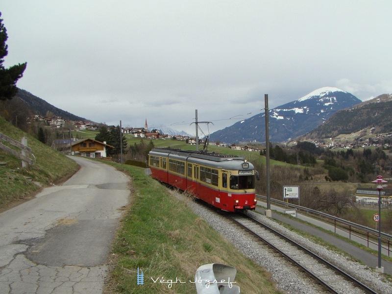 Fulpmesbe érkező villamos,  háttérben már havas csúcsokkal  fotó