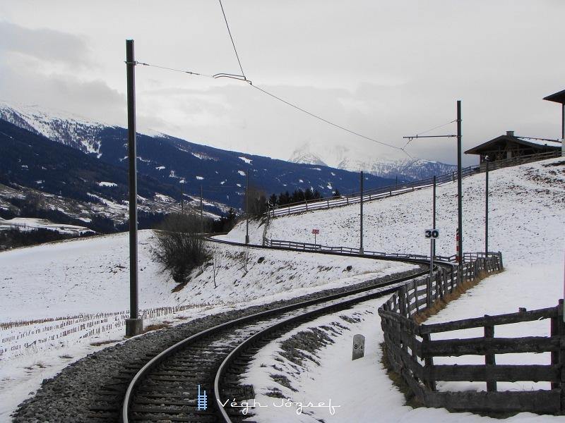 A vasútvonal vezetésére végig jellemzőek a kis sugarú ívek és a komoly emelkedők. A kis fehér tábla a harmincassal a pályasebességre utal. fotó