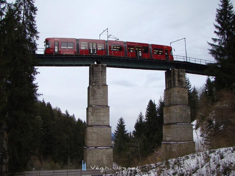 A Bombardier villamos a Mutteri alagútból kiérve áthalad a Mühlgraben viadukton. fotó