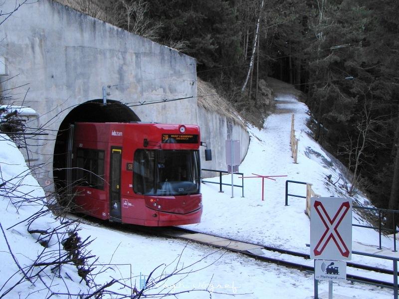 Áthaladt a szerelvény a gyalogúton, majd eltűnt a Mutteri alagútban, majd a túloldalon a Nockhofweg megállóhely következik fotó