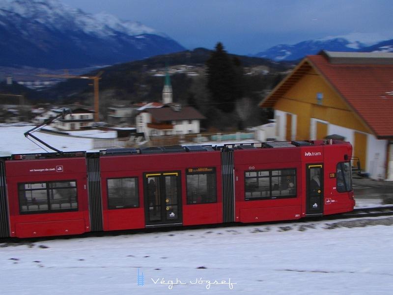 Villamos érkezik a Nockhofweg megállóhelyre fotó