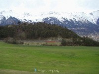 Háttérben a Karwendel masszivuma már a tél markában van, ami nem csoda, hiszen a hegység legmagasabb pontján a 2749 méter magas Birkkarspizen akár nyáron is lehet alapos hózápor,  de a völgyben egyenlőre még tartja magát az őszi idő