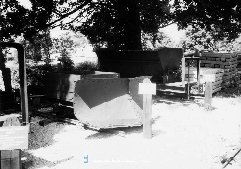 Kiállítás régi jármûvekbõl Felsõtárkányban fotó