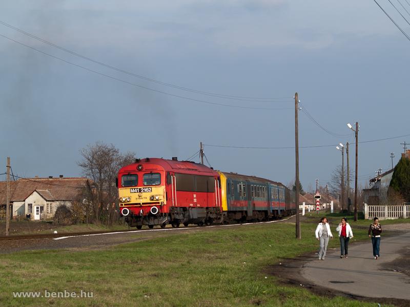 A MÁV-TR M41 2162 a híres  Fekete vonattal  Kocsordon fotó