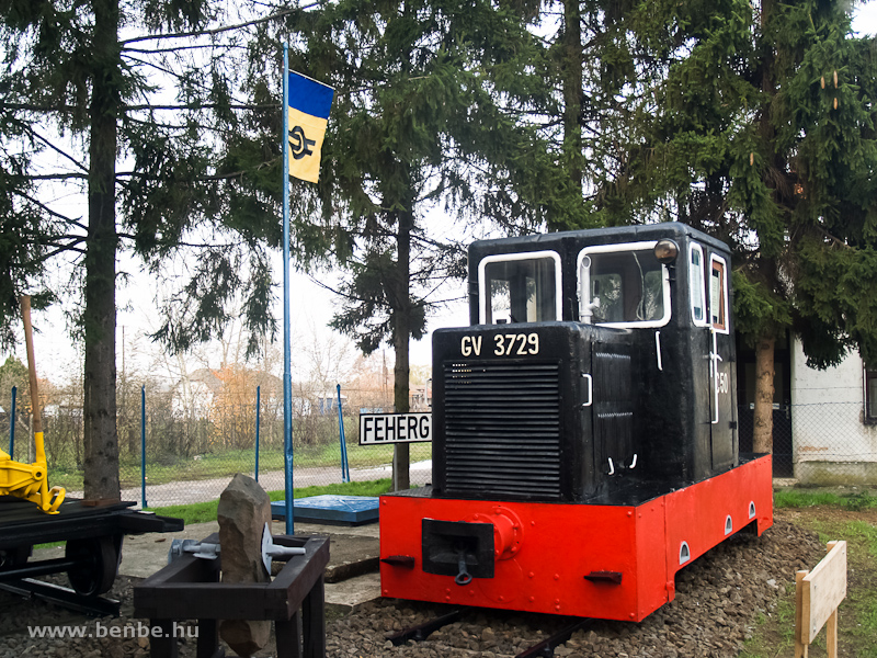 A GV 3729 pályaszámú, fekete C50-es motormozdony Fehérgyarmaton fotó