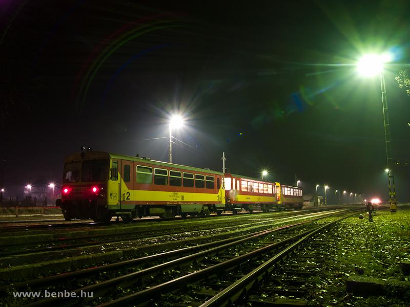Vonatkereszt Nagykállóban: Bzmot 363 Nyíregyháza-Mátészalka személyvonattal az éjszakában fotó