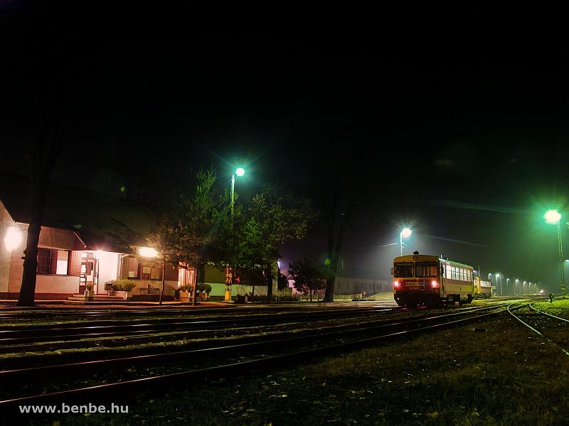Vonatkereszt Nagykállóban: Bzmot 316 Mátészalka-Nyíregyháza személyvonattal az éjszakában fotó