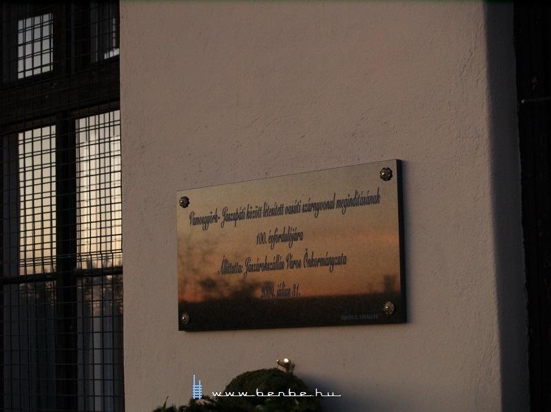 Emléktábla a jászárokszállási vasútállomáson fotó