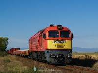 The M62 191 hauls a freight train between J�sz�roksz�ll�s and J�szd�zsa