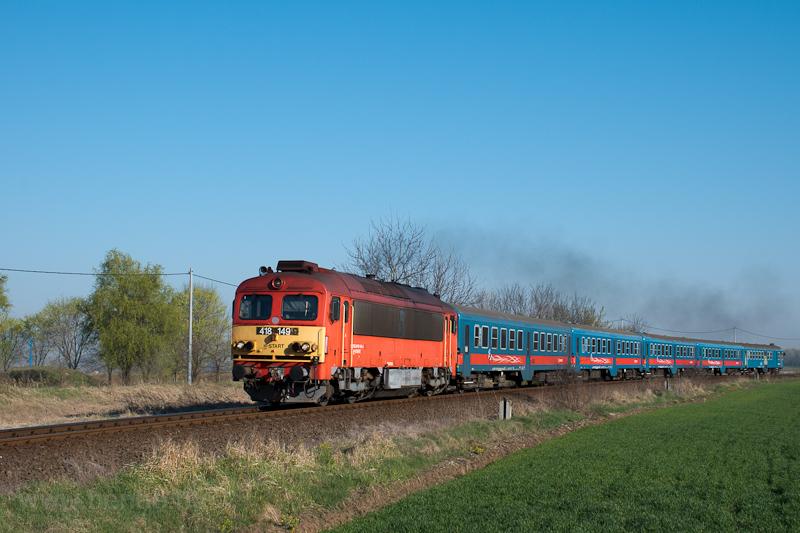 A MÁV-START 418 149 Felsőpakony és Ócsa között dübörög nagy füsttel fotó