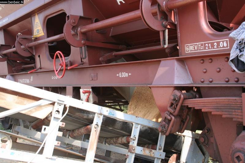 Kirakodják a gabonaszállítót fotó