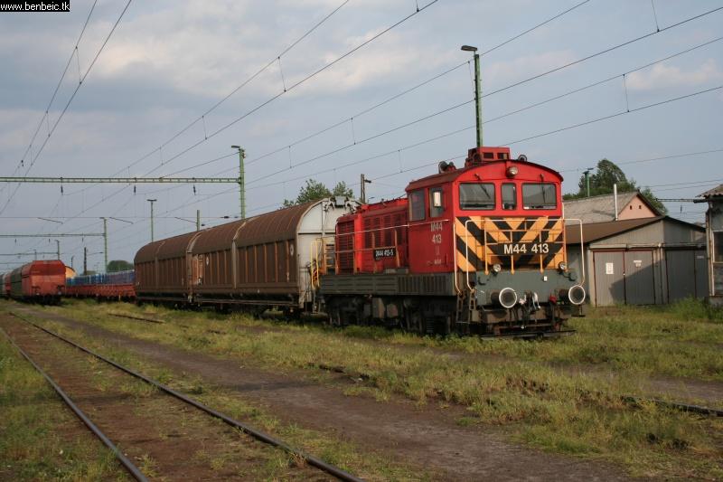 M44 413 Püspökladány állomáson fotó