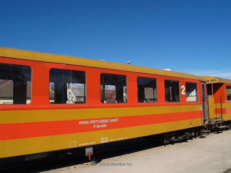 A Királyréti Erdei Vasút régi festésű Bax kocsijai  Az utolsó színpompás vonat  fotó