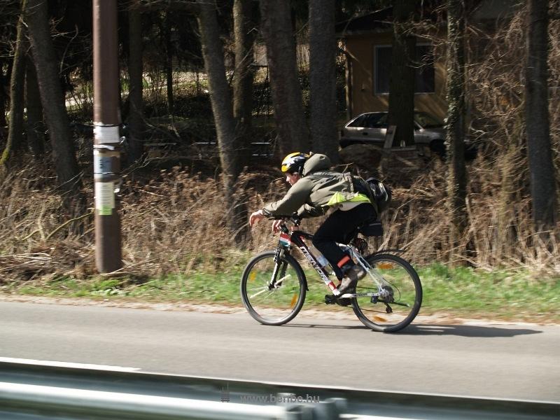 Újabb kerékpáros versenyző fotó