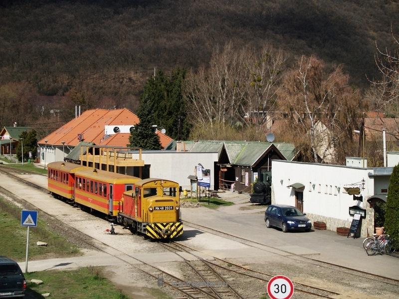 Mk48 2031 az átépülő Kismaros állomáson az  Utolsó Színpompás Vonattal  fotó