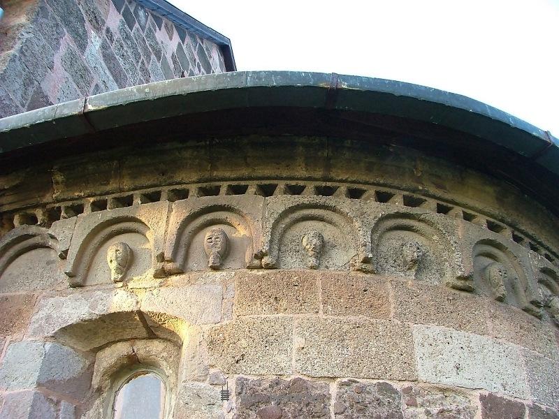 A nagybörzsönyi Szent István-templom az apszist kívülről vigyázó jellegzetes férfiarc-faragványokkal fotó