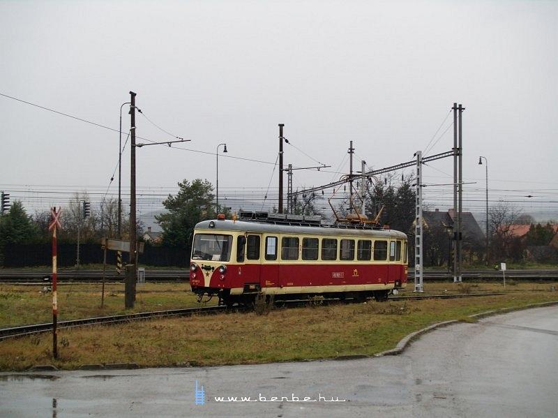 A trencsénteplici keskennyomközû villamos nosztalgiakocsija Hõlak utcáin fotó