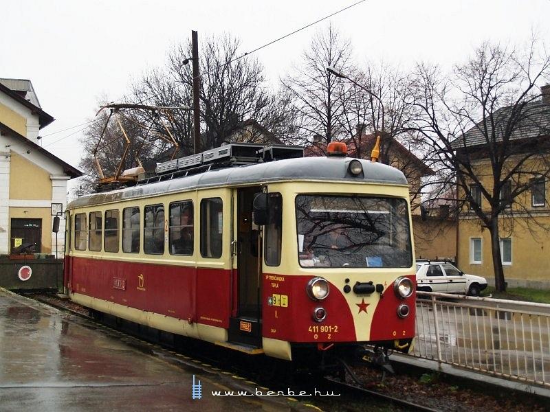A trencsénteplici keskennyomközû villamos nosztalgiakocsija Hõlak állomáson fotó