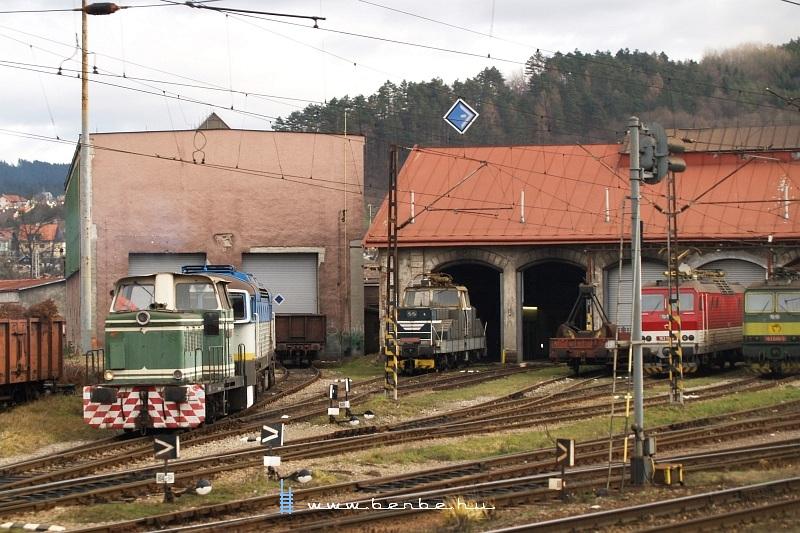 710 030-8 a zsolnai körcikkfûtõház elõtt fotó