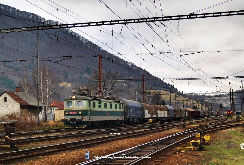 183 032-2 Vágkirályháza (Kralovany) állomáson fotó