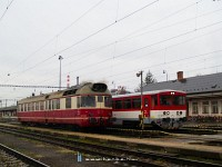 The 850 018-3 and 811 001-7 at Hõlak (Trencianska Teplá) station