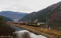 131 054-9 önürítõs kocsikból álló tehervonatával Kerpelényben (Krpelanyban)