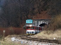 The 813 013-0/913 013-9 before Vágkirályháza (Kral ovany) in the tunnel