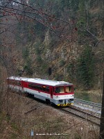 The 913 014-7 in the narrow valley of the Orava river
