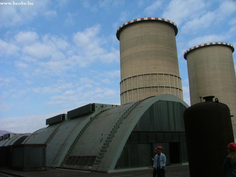 Elõtérben a generátorépület fotó