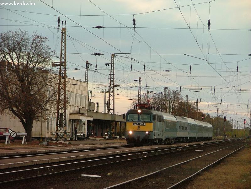V43 1085 Mezõkövesd állomáson fotó