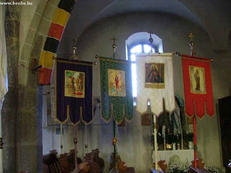 Gyöngyöspata templomának mellékoltára és zászlói fotó