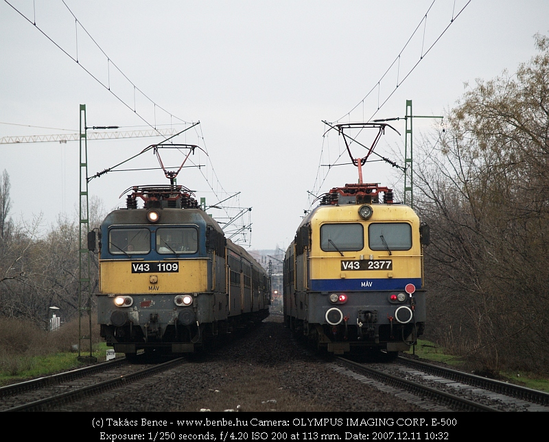 V43 1109 és 2377 egymás mellett (a kép közepén pedig M44 407 három lámpácskája) fotó