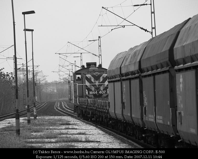M44 407 Zugló megállóhelyen tehervonatával fotó
